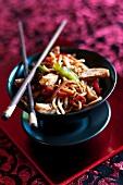 Chow Mein (Gebratenen Nudeln mit Hähnchen und Gemüse, China)