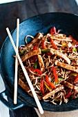 Chow Mein (Gebratene Nudeln mit Hähnchen und Gemüse, China)