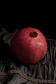 Ein ganzer Granatapfel