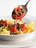 Muschelnudeln mit rohen Tomaten, Oliven und Kapern