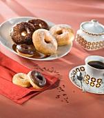 Doughnuts mit Zucker und mit Schokoglasur und eine Tasse Kaffee