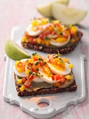 Pumpernickel with egg and diced pepper