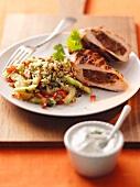 Hühnerbrust mit Dattelfüllung, Couscoussalat und Dip