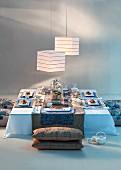 Asiatisch gedeckter Tisch mit Bodenkissen & Papierhängeleuchten