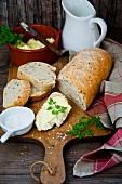 Frisches Brot mit Butter und Salz