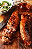 Gegrilltes Schweinefleisch mit Honigglasur