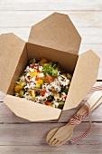 Reis mit Gemüse in einer Take Out Box
