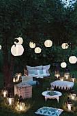 Garten im Abendlicht mit festlicher Lichtdekoration zur Sommersonnenwende
