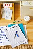 Notizblock und Ablagen auf Schreibtisch