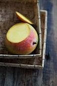 Angeschnittene Mango im Korb