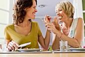 Zwei Frauen essen zusammen