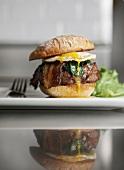 Hamburger mit Spiegelei, Bacon und Spinat