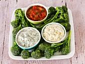 Brokkoli und drei verschiedene Dips