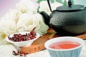 Tee in einer Trinkschale, Teeblätter und Teekanne