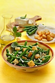 Green beans with croutons and goat's cheese