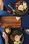 Zwei Portionen glasierte Schweinekoteletts mit Gemüsebeilage