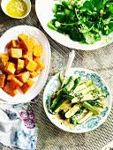 Rucola-Feta-Salat, würzige Süsskartoffeln und gebratene Zucchini mit Parmesan
