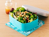 Blattsalat mit Lachs in Lunchbox