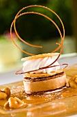 Schokoladen-Erdnussbutter-Törtchen mit Sahne