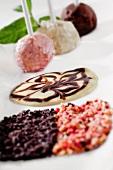 Cheesecake Pops (Vanille, Schokolade, Erdbeere) mit weisser und dunkler Schokosauce zum Dippen