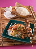 Nasi Goreng mit Fleischspiess und Garnelen (Indonesien)
