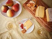 Mahon (Spanischer Kuhmilchkäse) mit Crackern und Birnen