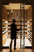 Person betritt einen modernen Weinkeller