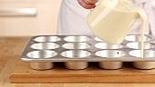 Teig für Yorkshire Pudding auf das Muffinblech verteilen