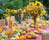 Festlich gedeckter Tisch mit Sonnenblumenstrauss zu Erntedank