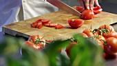 Tomaten klein schneiden