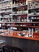 Regalwand mit Flaschen und Barutensilien in japanischem Restaurant