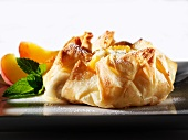 Puff pasty filled with peaches and cream