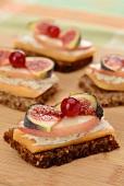 Vollkornschnittchen mit Melone, Käse, Pfirsich, Feige und Johannisbeere