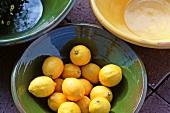 Zitrone in einer Keramikschale