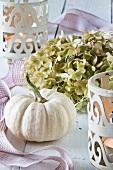 Herbstliche Tischdeko mit Zierkürbis und Hortensienblüten