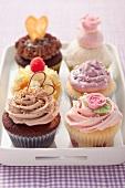 Mehrere verschiedene Cupcakes mit Zuckerperlen