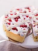 Baiserkuchen mit roten Johannisbeeren