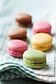 Farbige Macarons auf Geschirrtuch