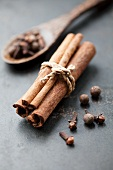 Cinnamon, cloves and allspice berries