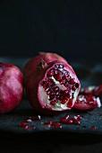 Granatäpfel, ganz und halbiert