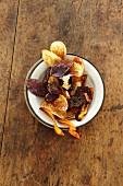 Selbstgemachte Kartoffel- und Möhrenchips