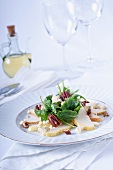 Pear salad with gorgonzola, pecan nuts and rocket