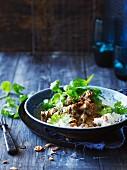 Geschmortes Rindfleisch mit Kokosmilch, Minze aus Vietnam und Reisbeilage