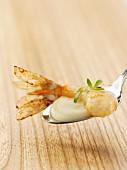 Garnele mit Kresseschaumsuppe auf Löffel