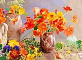 Stillleben mit verschiedenen Essblüten: Kapuzinerkresse, Petersilienblüten, Ringelblume, Kornblume, Tagetes, Johanniskraut, Stiefmütterchen