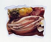 Frische Fische in einer Kupferpfanne