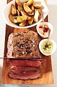 Roastbeef mit Bratkartoffeln und Saucen