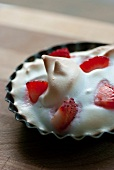 Suspiro (meringue) with strawberries