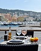 Gedeckter Tisch mit Wein in einem Bistro am Hafen in Nizza