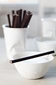 Milchkaffee mit Schokoladenstäbchen